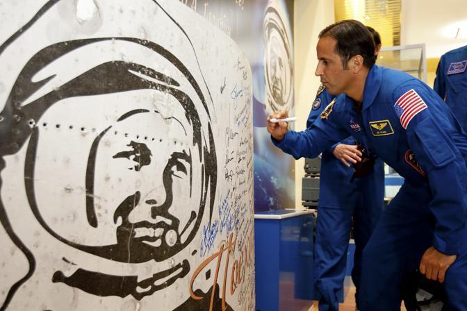 Una firma sull'immagine di Yuri Gagarin (Reuters/Sergei Remezov)