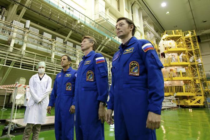 In primo piano i russi Gennady Padalka e Sergei Revin , a sinistra l'americano Joseph Acaba (Reuters/Sergei Remezov)