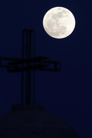 . la Super Luna, termine coniato nel 1979 per spiegare la coincidenza di luna piena con il momento di massimo avvicinamento con la Terra. Una combinazione che rende la luna apparentemente pi luminosa e grande e i cui effetti si fanno sentire anche con un leggero innalzamento delle maree. Confidando in un cielo sgombro da nuvole, in molti punti della terra lo spettacolo del satellite terrestre. (Reuters)