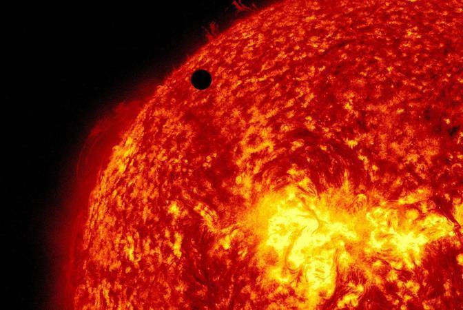 Le spettacolari immagini del transito di Venere davanti al Sole riprese dal Solar Dynamics Observatory (Epa/Nasa)