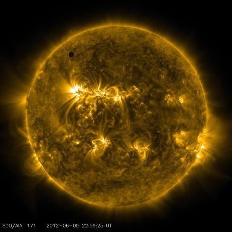 Le spettacolari immagini del transito di Venere davanti al Sole riprese dal Solar Dynamics Observatory nell'ultravioletto a 171 nanometri (Epa/Nasa)