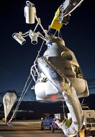 La capsula che ha ospitato Felix Baumgartner, che intende battere il record di lancio con il paracadute raggiungendo un'altezza di oltre 36 km  (Ap/Red Bull/Predrag Vuckovic)