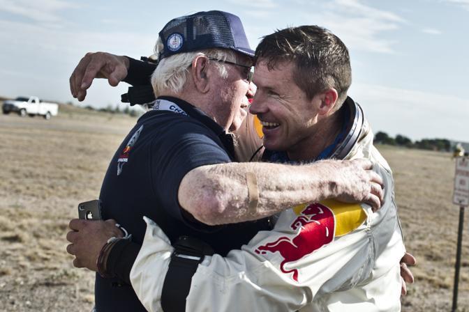 E riceve i complimenti di Joe Kittinger, che detiene il record dal 1960 di lancio con il paracadute da 31 km (Ap/Red Bull/Predrag Vuckovic)