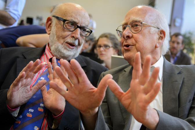 Il fisico belga Francois Englert parla con il collega inglese Peter Higgs, il «papà» del Bosone che  la cui scoperta è stata presentata alla conferenza al Cern di Ginevra (Afp/Coffrini)