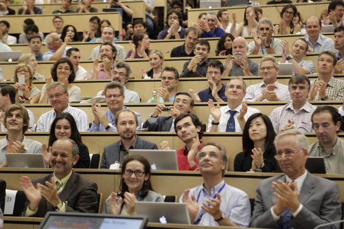 L'applauso di tutti gli scienziati riuniti al Cern (Afp/Balibouse)