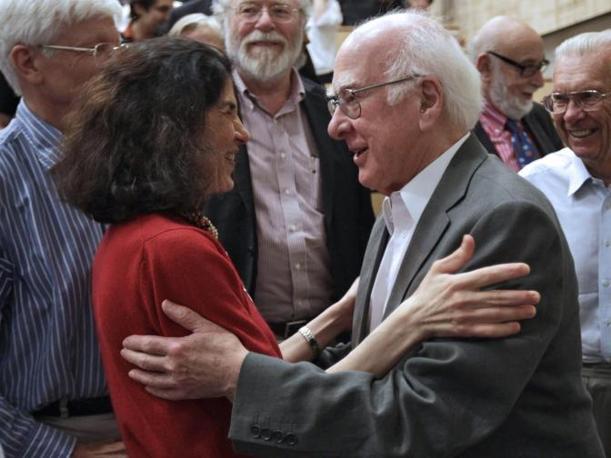 Il fisicobritannico Peter Higgs si congratula con Fabiola Giannotti dopo la presentazioni dei risultati della ricerca del Cern (Epa/Balibouse)