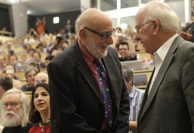 l fisico belga Francois Englert parla con il collega inglese Peter Higgs(Epa/Balibouse)
