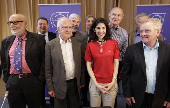 Il fisico Peter Higgs (secondo da sinistra) con l'italiana Fabiola Gianotti, alla guida di uno degli esperimenti relativi al bosone, «Atlas» (Reuters)