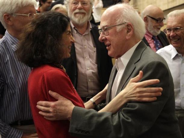 L'abbraccio tra Gianotti e Higgs (Ap)