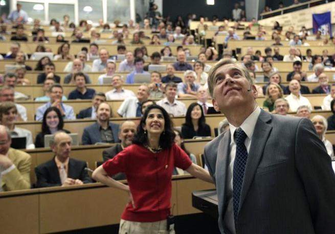 Fabiola Gianotti e Joe Incandela , i due portavoce degli esperimenti sul bosone di Higgs  ATLAS e CMS (Reuters)