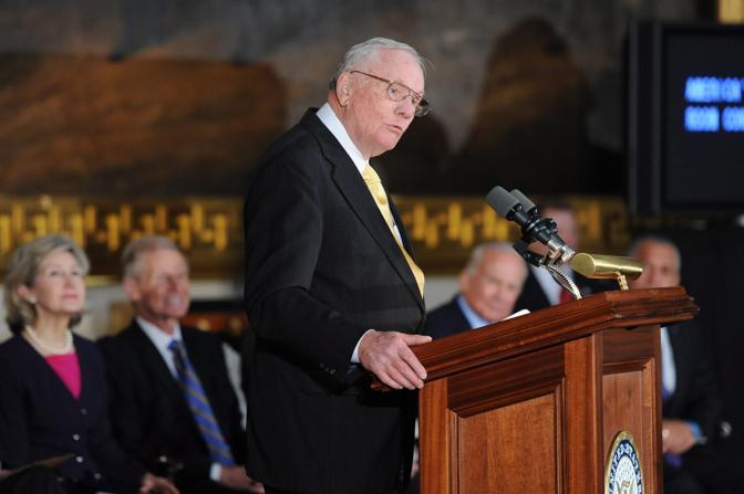 Neil Armstrong riceve la medaglia d'oro del Congresso degli Stati Uniti a novembre 2001 (Epa)