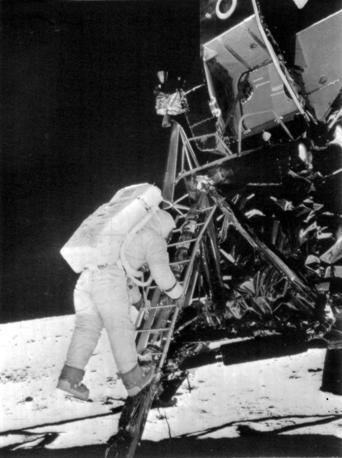 L'astronauta Edwin Buzz Aldrin sbarca sulla Luna il 20 luglio 1969 pochi minuti dopo il comandante della missione, Neil Armstrong (Ansa)