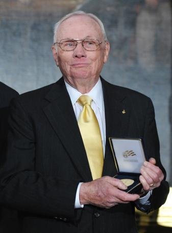 Neil Arsmtrong mostra la medaglia d'oro del Congresso (Afp)