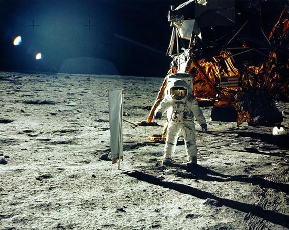 Buzz Aldrin durante lo sbarco sulla Luna del 1969, vicino alla navicella spaziale (Reuters)
