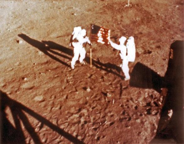 Neil Armstrong e Buzz Aldrin piantano la bandiera Usa sulla superficie lunare il 20 luglio 1969