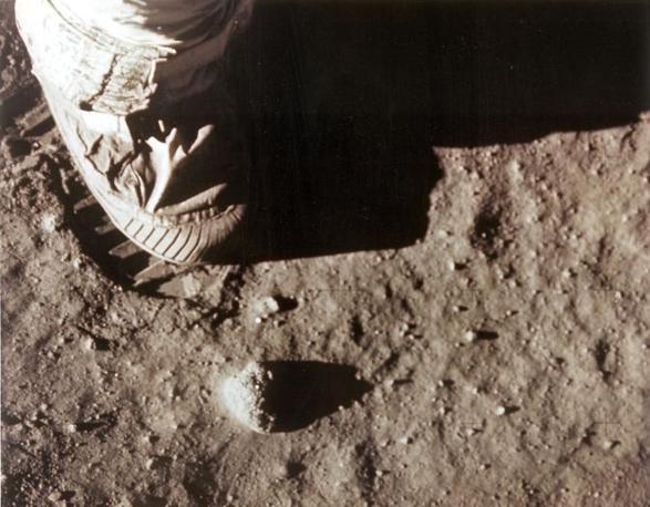 Il piede di Armstrong lascia l'impronta sul suolo lunare (Afp)