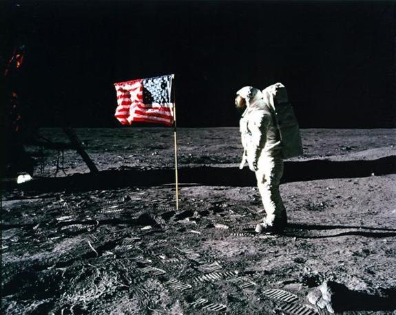 Aldrin posa davanti alla bandiera degli Stati Uniti piantata sulla superficie della Luna (Reuters)