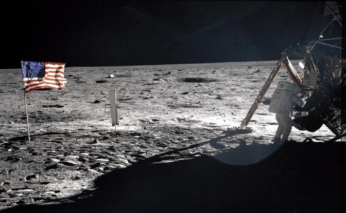 Armstrong scende sulla luna (Afp)