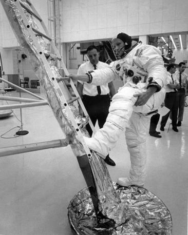 Neil Armstrond il giorno prima del lancio nello spazio  (Afp)