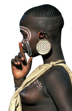 Una ragazza Surma, popolo della valle dell?Omo in Etiopia. Nel lobo porta un piattello decorato (Beckwith/Fisher)