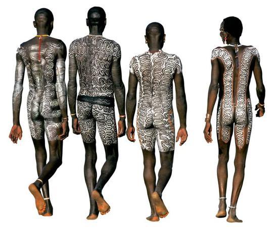 Tre Surma visti di spalle. Per loro il corpo � come una tela sulla quale dipingere (Beckwith/Fisher)