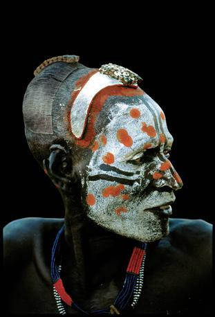 Un danzatore Karo, altro popolo della valle dell?Omo, con il volto dipinto in occasione della cerimonia di corteggiamento (Beckwith/Fisher)