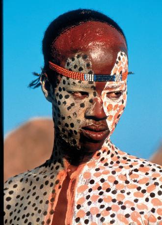 Presso i Karo la decorazione del viso ha anche lo scopo di sottolineare la forza dello sguardo (Beckwith/Fisher)