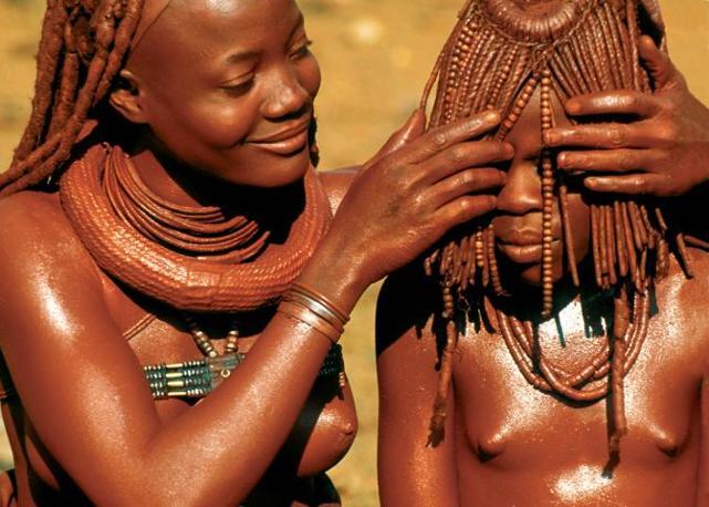 Una madre Himba (Namibia) scosta i capelli dal viso della figlia. Questo tipo di acconciatura ha lo scopo di nascondere in pubblico il viso di una ragazza all?epoca della pubert� (Beckwith/Fisher)