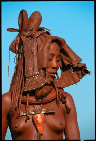 Una giovane sposa Himba, con l?ekori, un copricapo cerimoniale fatto di pelle morbida e ricoperta di ocra, grasso di latte e decorato di perline (Beckwith/Fisher)