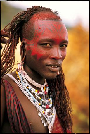 Un guerriero masai: i capelli lunghi sono un segno di bellezza e simboleggiano il coraggio e lo status (Beckwith/Fisher)