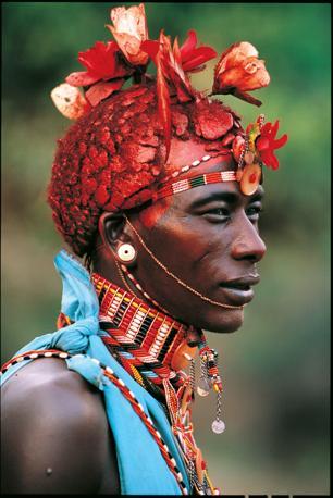Un guerriero Samburu. Uno dei loro ornamenti pi� apprezzati sono i fiori di seta (Beckwith/Fisher)