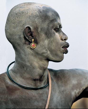 Un giovane Dinca. In questa trib� del Sud Sudan, si strofinno il corpo di cenere per proteggere e abbellire la pelle (Beckwith/Fisher)