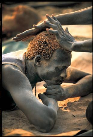 Tra i Dinca avere i capelli di color rosso dorato � considerato segno di bellezza. Averli del colore naturale, al contrario � segno di tristezza o di lutto (Beckwith/Fisher)