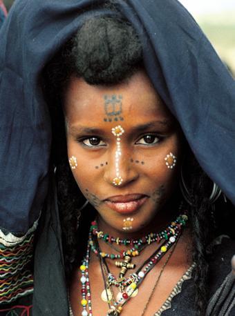 Una donna Wodaabe del Niger. In questo popolo si usano fare tatuaggi permanenti (Beckwith/Fisher)