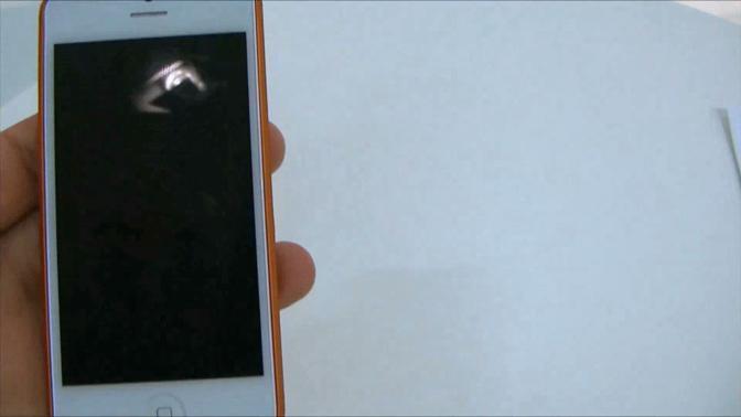 """Il sito israeliano Gsm Israel ha pubblicato un video in cui mostra in anteprima il presunto nuovo iPhone Apple, il cosiddetto iPhone 5. A un analisi più attenta si rivelerà essere solo un modello """"Dummy"""", un assemblaggio artigianale di parti non funzionanti. Ma l'effetto è garantito"""