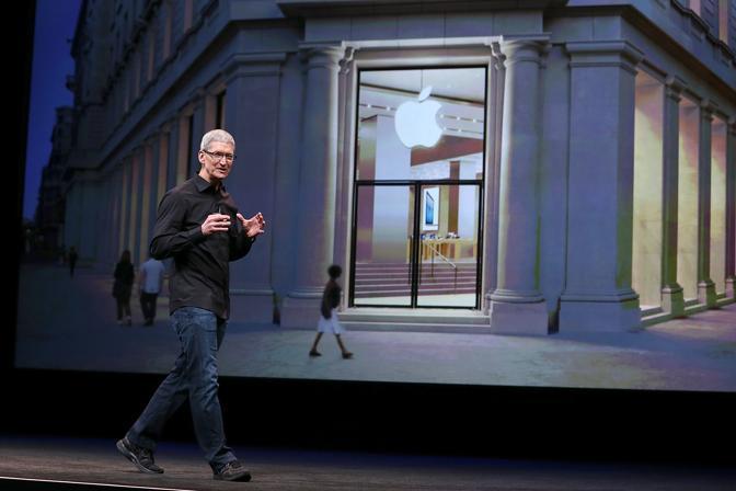 San Francisco, il Ceo di Apple Tim Cook alza finalmente il velo sul tanto atteso iPhone 5  (AFP)