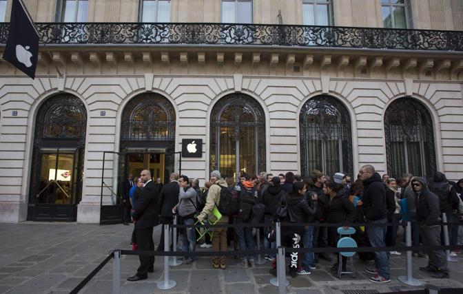 L'Apple Store a Parigi (Epa)