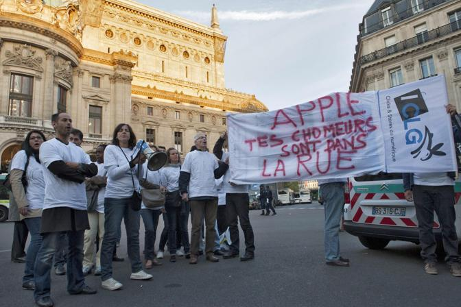 Dipendenti della Apple protestano contro l'azienda, a Parigi (Epa)