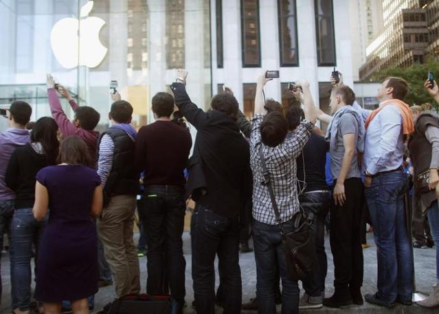In attesa dell'iPhone5  al flagship store della Apple, sulla 5th Avenue (Afp)