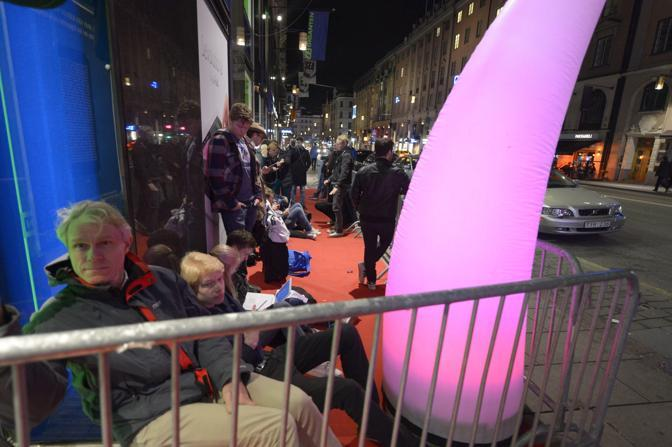Fila davanti a un Apple Store a Stoccolma (Ap)