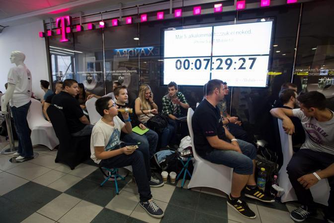 Coda di fans di Apple a T-mobile store di Budapest (Ansa)