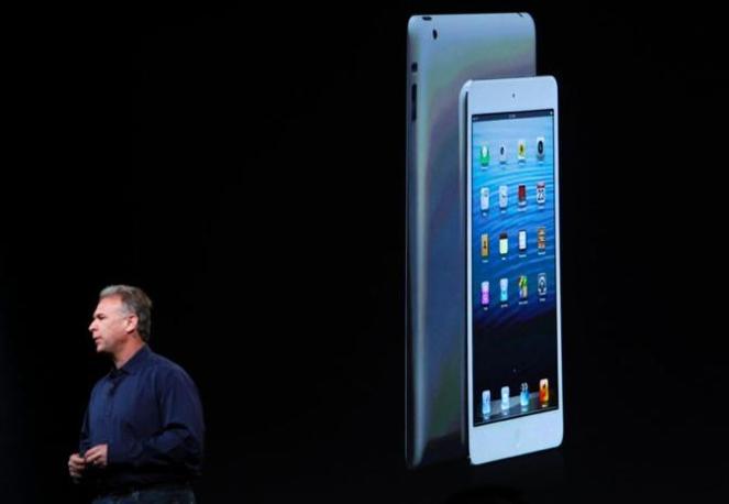 Il tablet - presentato dall'amministratore delegato Tim Cook e il direttore marketing Phil Schiller (in foto) - costerà fino a 659 dollari per la versione da 64 GB con 3G (Reuters)