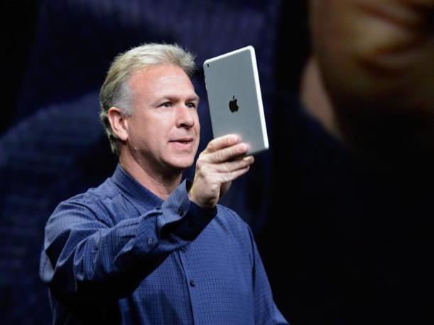 «Si può tenere in una mano», spiega il capo del  marketing Phil Schiller. L'iPad mini è sottile 7,2 millimetri e ha uno schermo da 7,9 pollici. È  del 23% più sottile e del 53% più leggero rispetto a quello attuale (Afp)