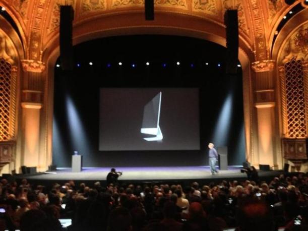 Il nuovo MacBook Pro: 1,9 cm di spessore e 1,62 kg di peso (Twitter)