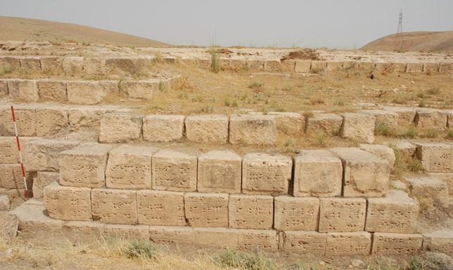Una delle iscrizioni reali di Sennacherib incise in cuneiforme sul fianco dell?acquedotto