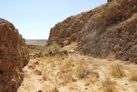 Il grande canale assiro di Khinis scavato nel conglomerato naturale