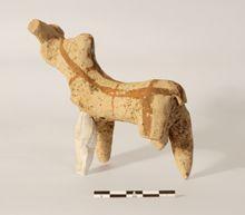 Una figurina di toro di terracotta proveniente dai corredi funerari delle tombe della necropoli paleo-assira di Tell Gomel