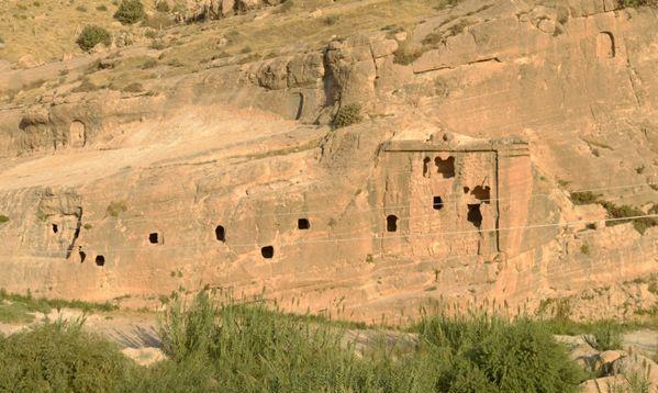 I grandi rilievi assiri fatti scolpire nella roccia all?inizio del canale di Khinis da Sennacherib