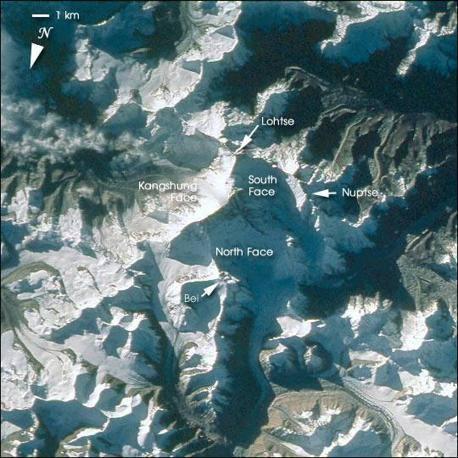 Nell'immagine del 23 ottobre 1993 dallo Space Shuttle (missione Sts-058) si nota nella luce del mattino il gruppo dell'Everest con il Lhotse (8.516 m) e i 7.861 m del Nuptse (Nasa)