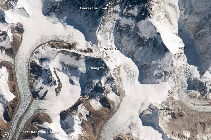 Foto del 5 gennaio 2011 dalla Stazione spaziale internazionale: si notano i ghiacciai del lato nord tibetano, la cima del Changtse a 6.100 metri e il Colle Nord lungo la via normale di salita (Nasa)